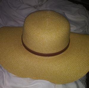 *** NEW W/O TAGS*** Tan Floppy Straw Hat